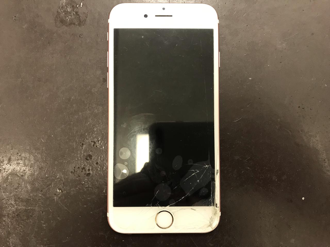 smartphone_suwaru_woman スマホの画面が真っ暗になる原因と対処法教えます!✨